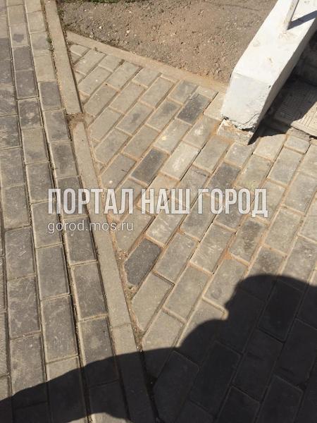 Коммунальщики починили плитку во дворе на Рождественской