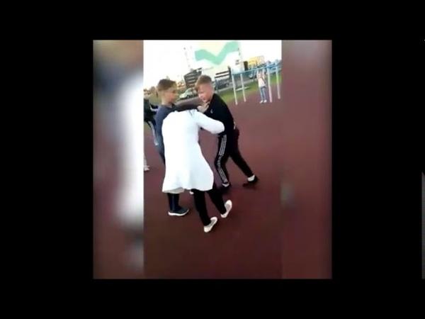 Татарстанский школьник бьет женщину
