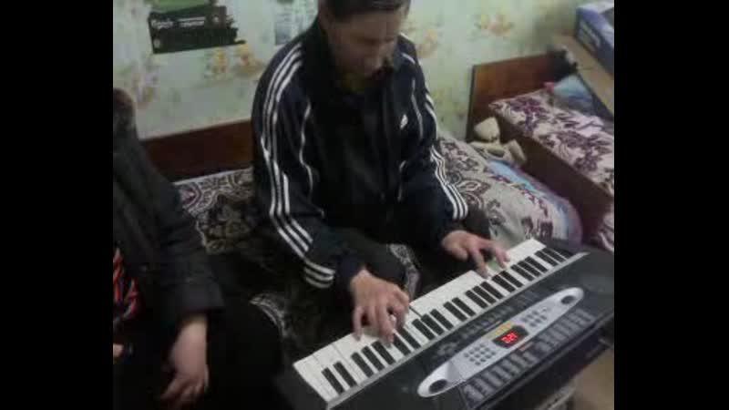 д.Валера играет на синтезаторе