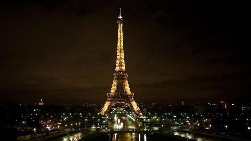 Сообщения спасибо и оставайся дома проецируются на Эйфелеву башню в Париже LIVE 27 03 20