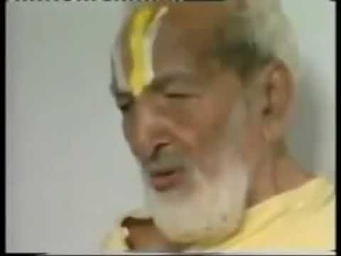 1938 год. Шри Кришнамачарья и Б.К.С. Айенгар выполняют виньясы под пение Йога-Сутр