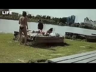 Полиция скрутила девушек в бикини в центре Сургута