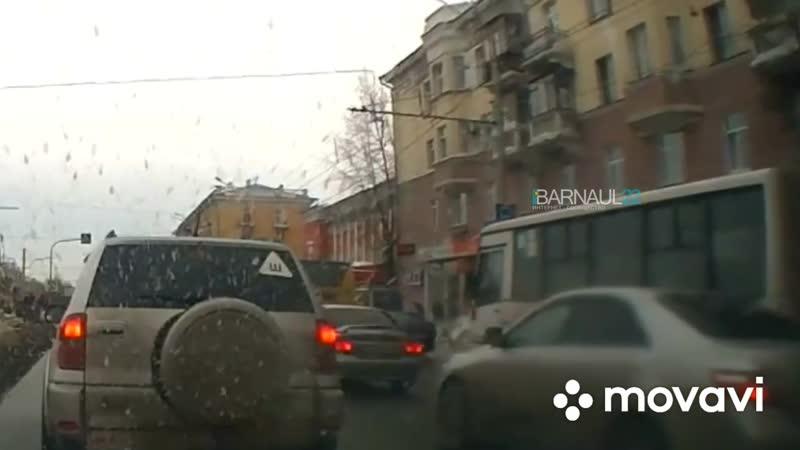 Снежная глыба чуть не придавила людей Barnaul22