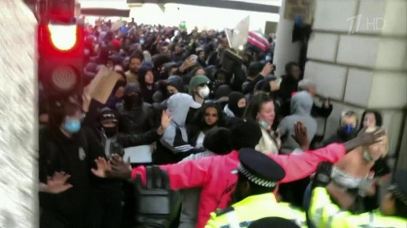ВБритании движение вподдержку темнокожих американцев стало прикрытием для хулиганов Новости Первый канал