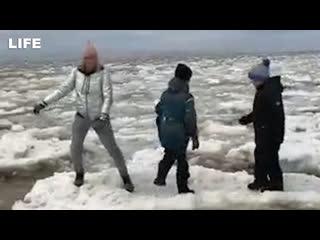 Женщина с детьми прыгала по льдинам в Якутии