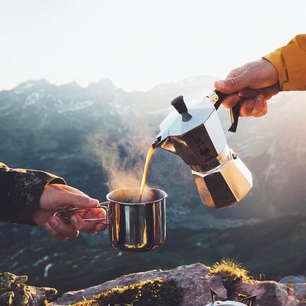 Горячий кофе на вершине горы