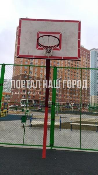 Коммунальщики привели в порядок спортивную площадку во дворе на Недорубова