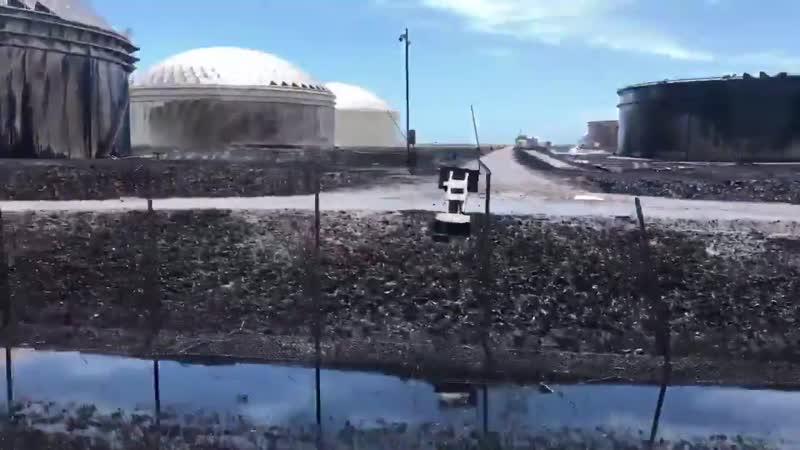 Разлив нефти на нефтехранилище на острове Большой Багама Багамские острова сентябрь 2019