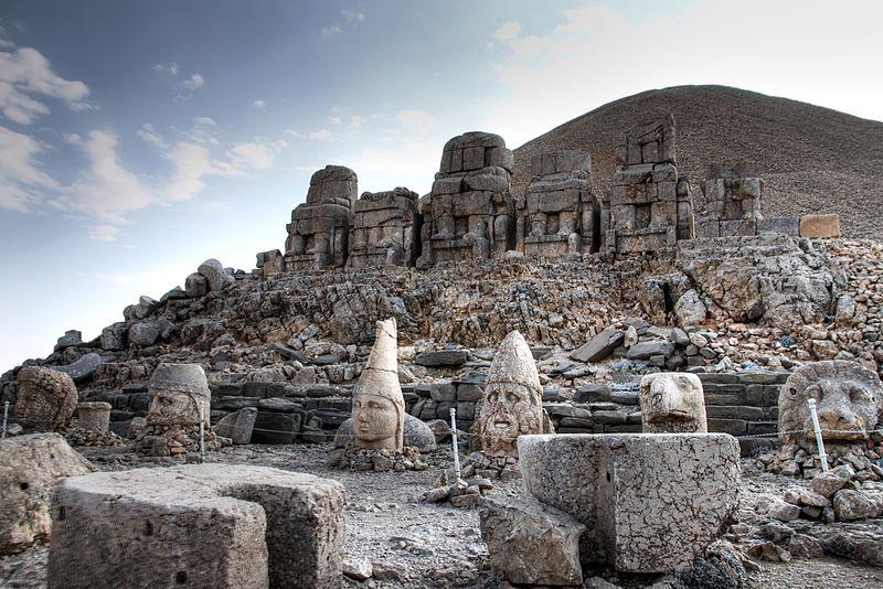 Таинственная гора в Турции Немрут-Даг с загадочными головами