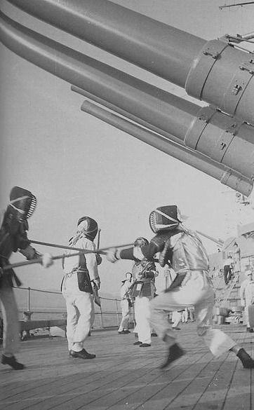 Занятия по физической подготовке на японском линкоре Нагато. Строго говоря для самураев - нагината-дзюцу - бой на алебардах. И японские офицеры ходили с мечом до 1945 года.А здесь, скорее