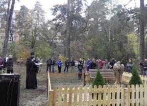 Под Киевом памятник героям АТО выбросили в болото