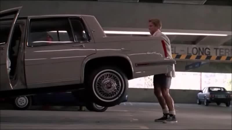 Близнецы Twins Фрагмент отрывок из фильма Арнольд Шварценнегер поднимает машину Дэнни де Вито 1988 Комедия боевик Винсент 2020!