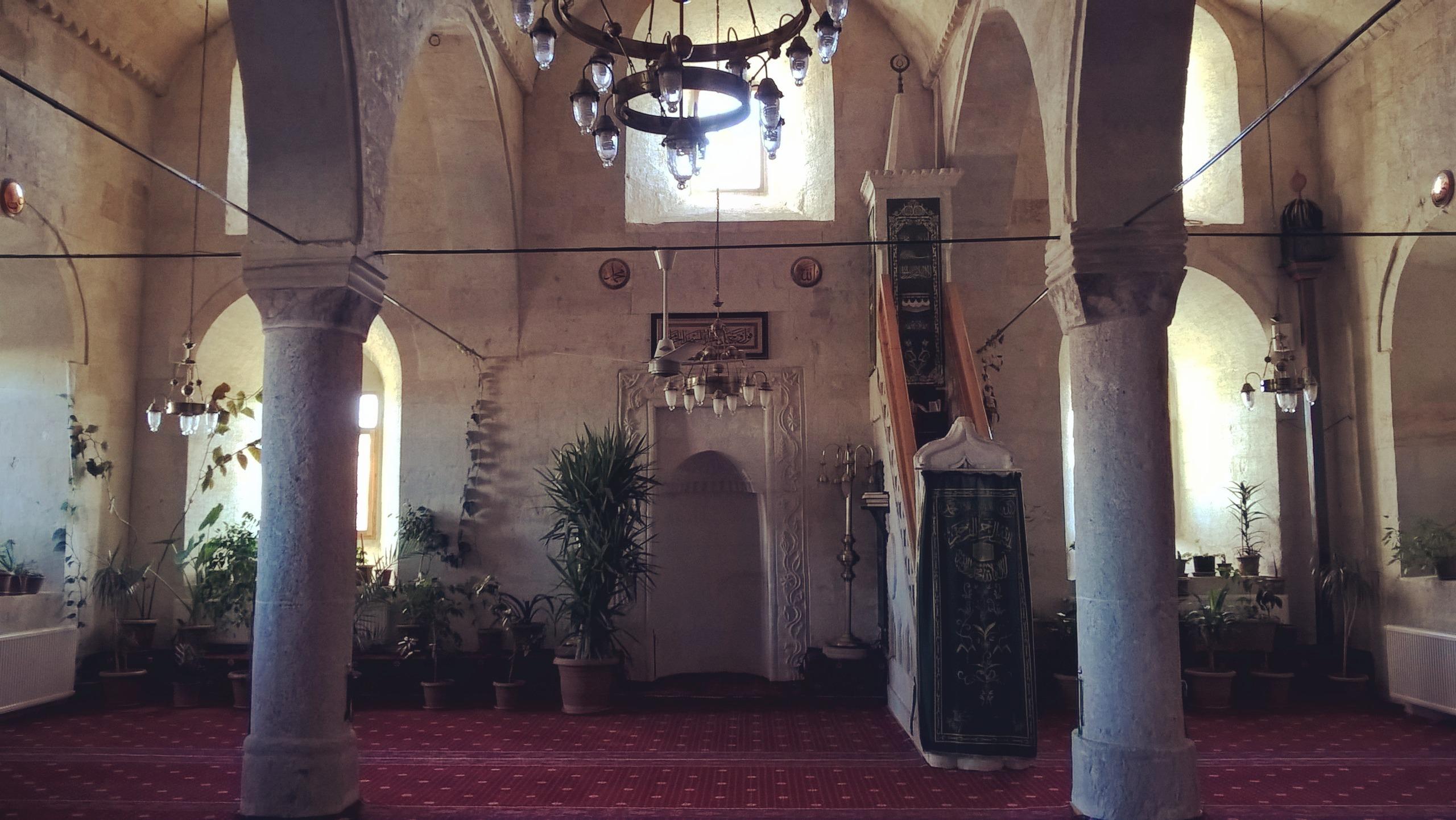 клумбы с цветами в мечети