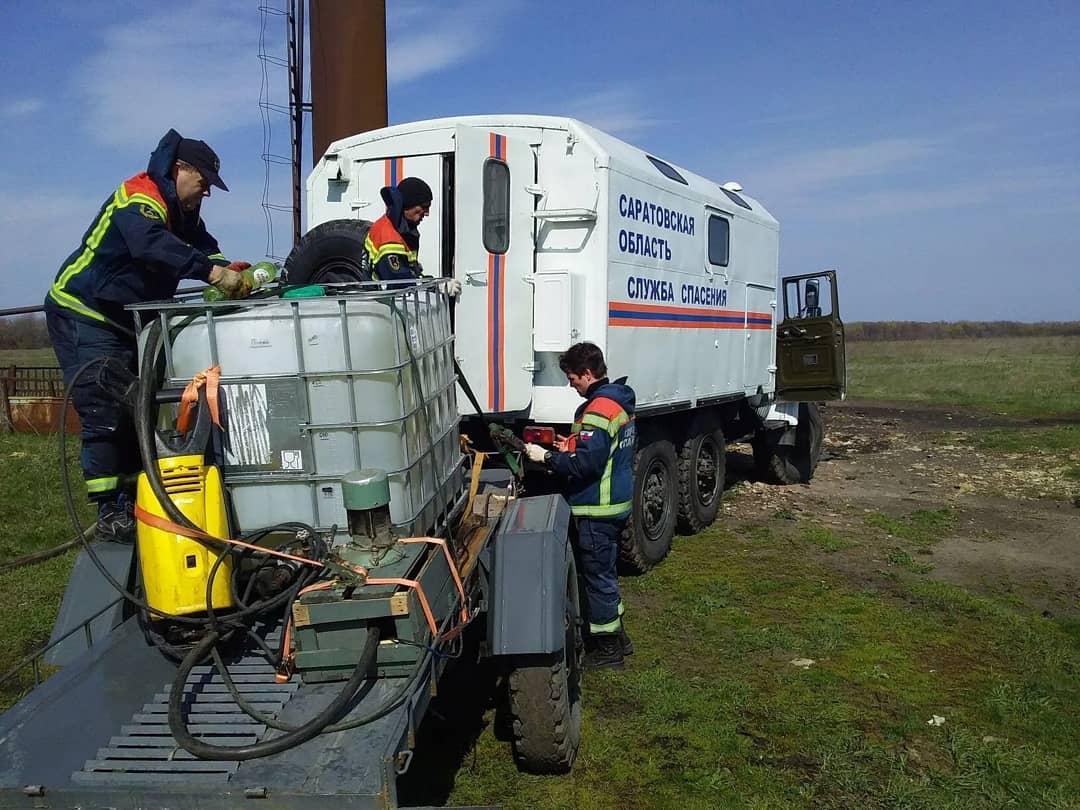 В селе Новозахаркино, где выявлен первый случай заражения коронавирусом, сотрудники областной службы спасения начали проводить дезинфекцию территории