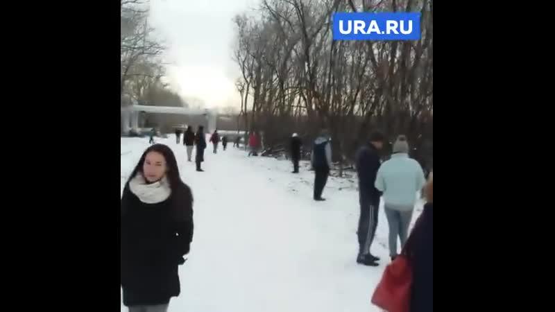 В центре Челябинска богатые жители великой России ищут $100 в бутылке, оставленной ведущими передачи «Орёл и решка».
