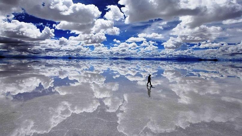 Пожалуй, это самое раскрученное «неземное» место на нашей планете: оно представляет собой высохшее соляное озеро с идеально гладкой поверхностью. По сути, это гигантский кристалл толщиной около 8 метров и площадью более 10 квадратных километров. В сезон засухи солончак покрывается шестиугольными корками, словно огромные соты или космический паззл. Лучшее же время для посещения этого уникального места — сезон дождей (с ноября по март): поверхность озера становится огромным зеркалом, где с фотографической точностью отражаются облака, создавая оптическую иллюзию неба под ногами. Поездка на солончак Уюни — одна из самых популярных экскурсий на южноамериканском континенте. Местные жители научились использовать спрос на чудо, выстроив поблизости отели из соляных блоков, где можно остановится на ночь.