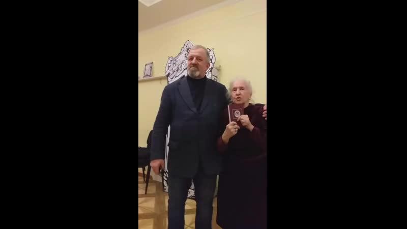 Стихи читает автор Светлана Кутузова юбиляр при поздоавлении ее с днем рождения в Лито Путь на моря 3 2019 год