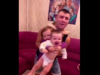 Счастливый папа троих детей
