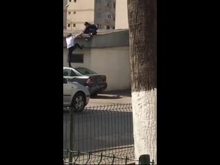 Парень помог товарищу забраться на крышу