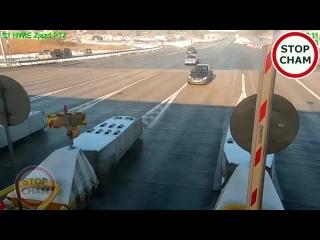 Как энергопоглощающий барьер спасает жизнь водителюПытаясь выиграть несколько секунд, мужчина решил обогнать другую машину прямо