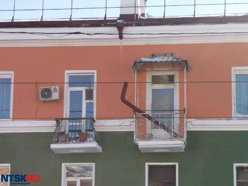 Один фасад пошёл трещинами, другой дом оставили без водосточных труб: власти Нов...