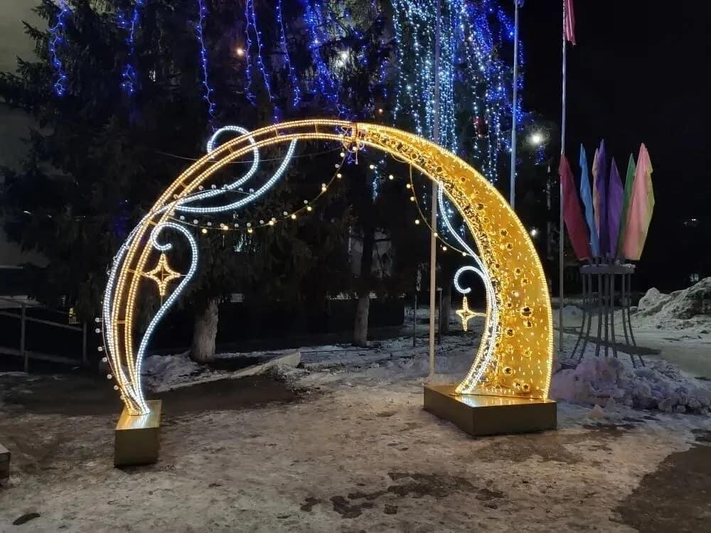 Центральную площадь Петровска украсил новогодний арт-объект - светодиодная арка