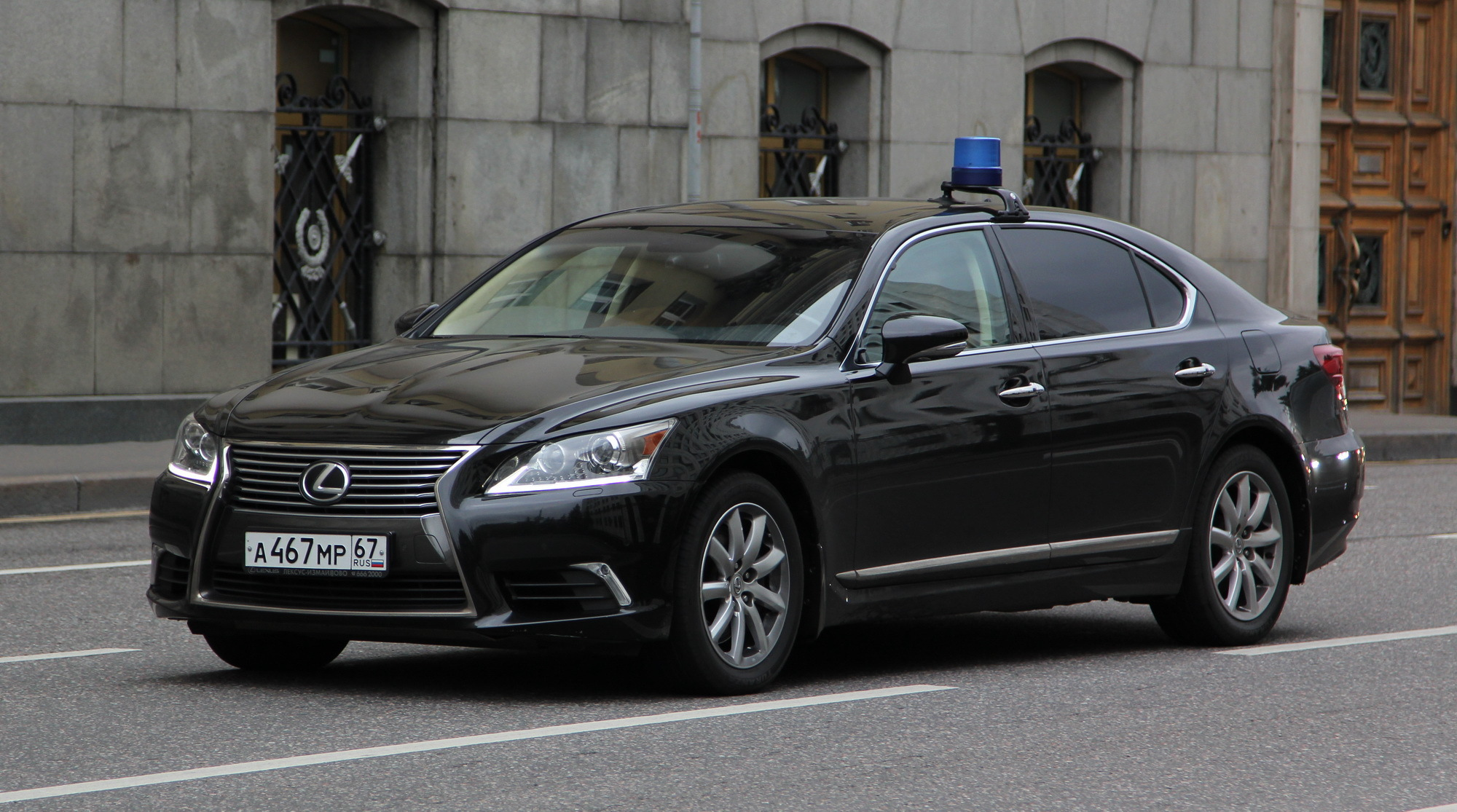 """Новый """"служебный"""" автомобиль смоленского губернатора стоит 11 млн рублей. Не поверите, но ему его тоже """"подарили"""""""
