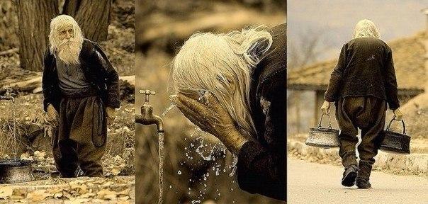 100-летний дедушка Добри из болгарской деревни Баилово, одетый в ветхие домоткан...