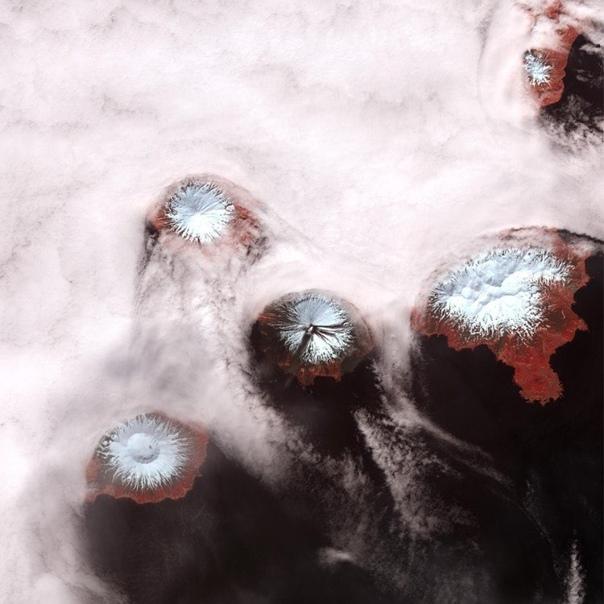 На Аляске копит силы супервулкан, способный устроить конец света Шесть жерл, которые сейчас видны, готовы слиться в одно гигантское.Не дай бог начнется извержение. И тогда гуд бай, Америка, а то