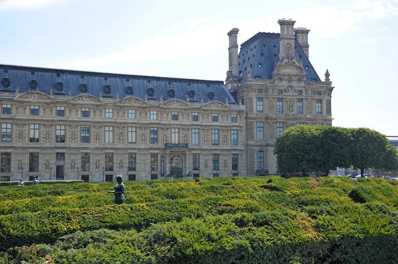 Мансардная крыша в Лувре в Париже, Франция.