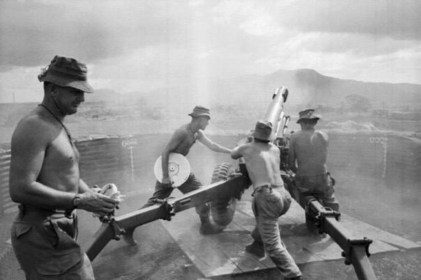 Австралийские артиллеристы ведут огонь по войскам Вьетконга с территории своей базы
