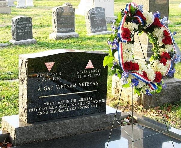 Это могила ветерана Вьетнама Леонарда Мэтловича Он был награжден медалями «Пурпурное сердце» и «Бронзовая звезда». Мэтлович стал первым военнослужащим нетрадиционной ориентации, который