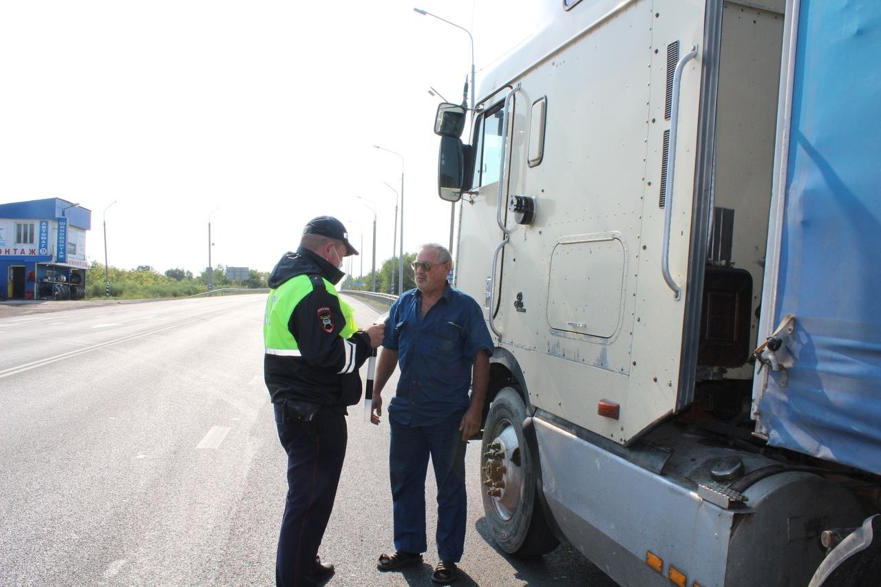 Дорожные полицейские побеседовали с водителями автобусов и грузовых машин