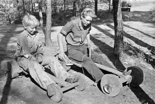 Подростки на самодельных скутерах, Джефферсон, штат Техас, 1939. фото Рассела Ли
