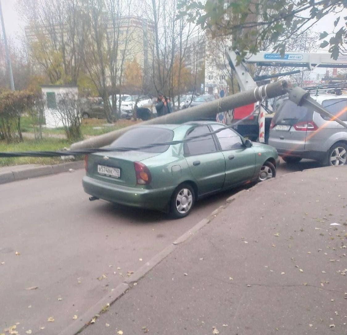 В Зеленограде автовышка снесла столб, который рухнул прямо на машину