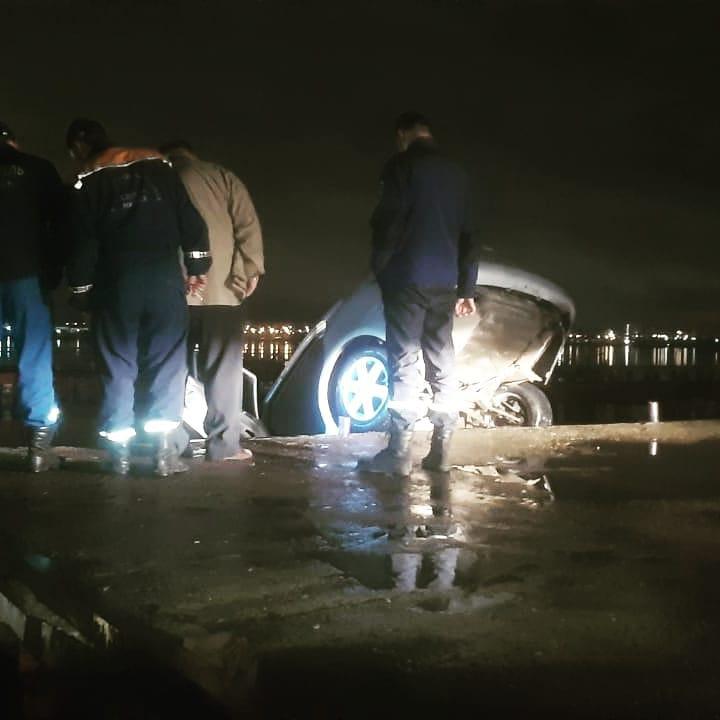 Машина упала с набережной Ижевского пруда- В