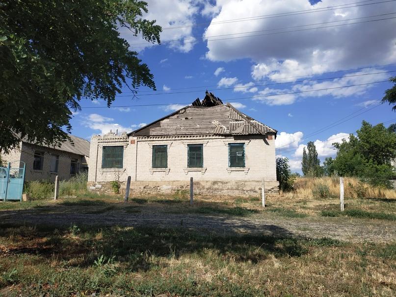 Фото: одно из зданий с разрушенной крышей в пос. Красный Партизан