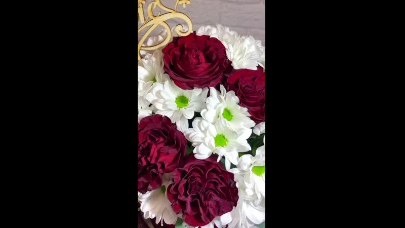 Бархатная шляпная коробка с цветами для любимой мамы 💖 Состав Пионовидная Роза Кустовая ромашковая хризантема Эвкалипт 2500₽