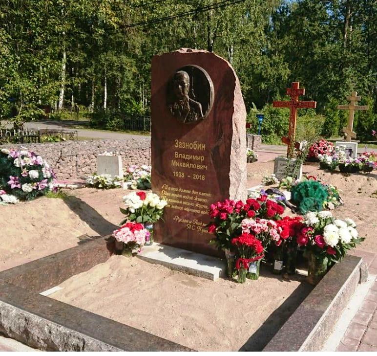Памятник В.М. Зазнобину на кладбище пfмяти жертв 9 января в Санкт-Петербурге