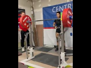 Рекордсменка мира в категории до 63 кг Пресциллия Бавойлприседает 220 кг в наколенниках. Собственный вес 65.5 кг