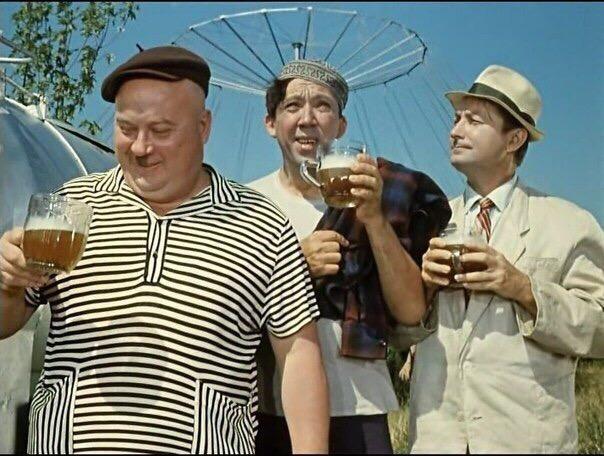 Эти фразы из советских фильмов прочно вошли в нашу жизнь: А вас, Штирлиц, я попрошу остаться (17 мгновений весны)А вдоль дороги мертвые с косами стоять, и тишина! (Неуловимые мстители)А идите вы