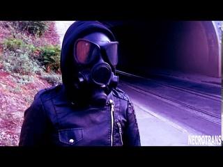 Прогулки Некронеко в кожаном костюме и противогазе. Nekroneko walks in a leather suit and a gas mask