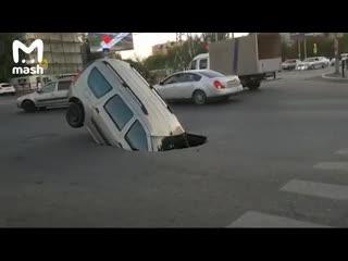 В Астрахани асфальт засосал машину
